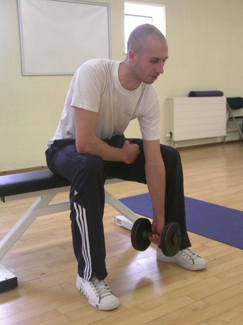 Inicio curl de biceps concentrado con apoyo en muslo